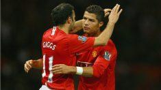 Cristiano y Giggs se abrazan durante un partido con el United. (Getty)