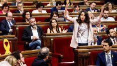 Inés Arrimadas se dirige a Quim Torra en el Parlament. (Foto: EFE)