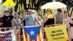 Miembros de los CDR a las puertas de la prisión de Lledoners a la llegada de los golpistas. (Foto: EFE)