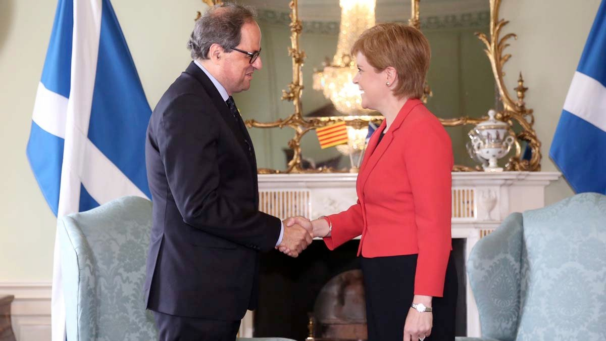 Quim Torra saluda a la ministra principal de Escocia, Nicola Sturgeon.