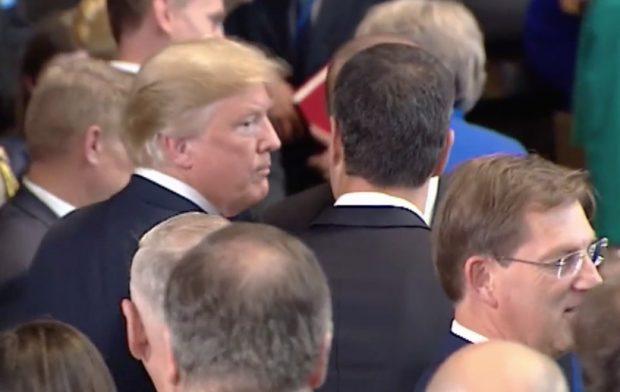 Sánchez se abrió paso a empujones para hacerse la foto con un Trump que pasó de él
