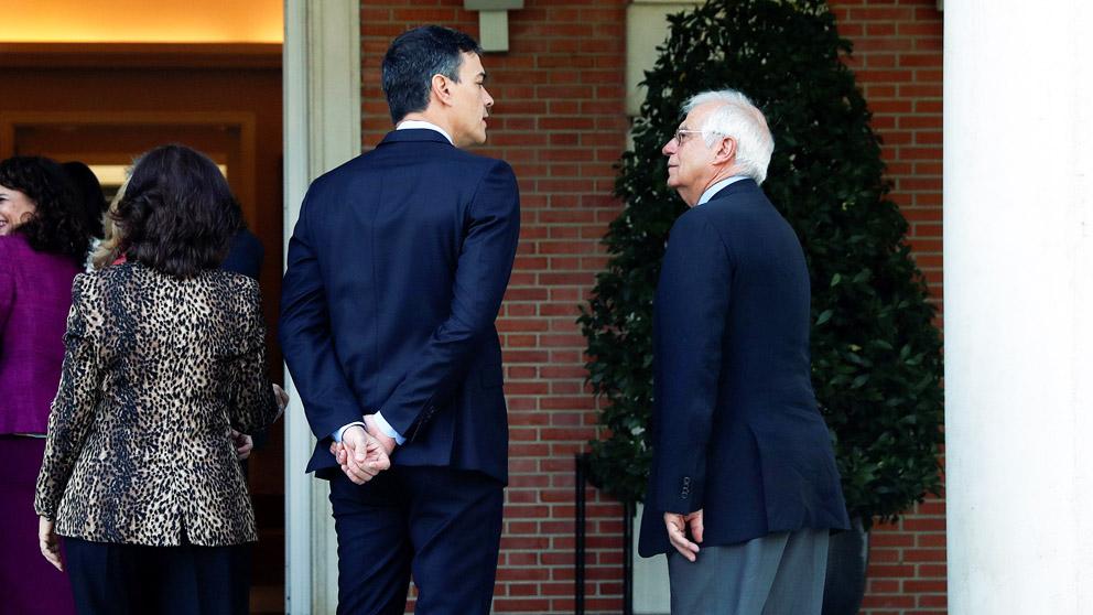 El presidente del Gobierno, Pedro Sánchez, y el ministro de Exteriores, Josep Borrell. (Foto: EFE)