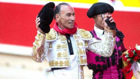 Pepín Liria pasea la oreja cortada este jueves en Pamplona (Foto: EFE).