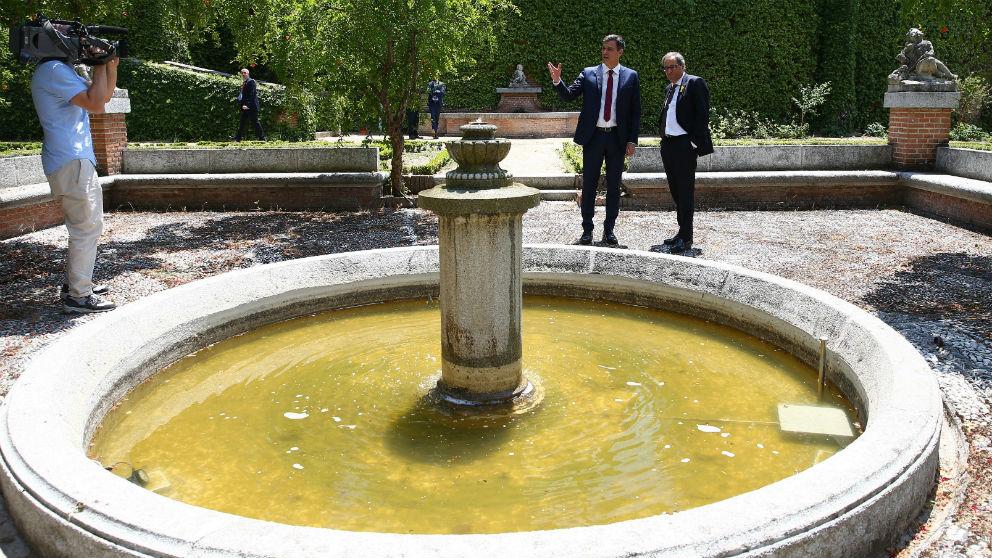 Pedro Sánchez (i) enseña al jefe de la Generalitat, Quim Torra (d), la fuente de Machado en La Moncloa (Foto: Moncloa)