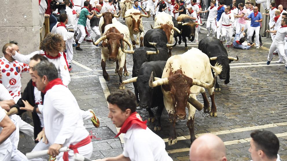 Los toros de Victoriano del Río en el sexto encierro de San Fermín 2018. (Foto: EFE)