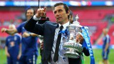 Conte con la FA Cup, su último título conquistado con el Chelsea. (Getty)