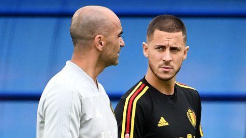 Roberto Martínez charla con Eden Hazard. (AFP)