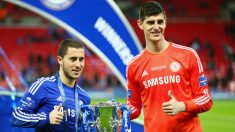 Courtois y Hazard celebran un título con el Chelsea. (Getty)