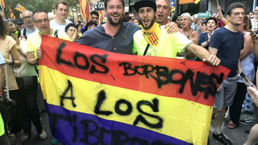 El ex secretario general de Podem Dante Fachin ha exhibido una pancarta contra la Familia Real.