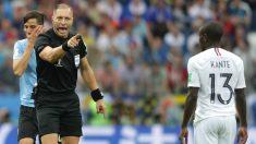 Néstor Pitana advierte a Kanté durante los cuartos de final entre Uruguay y Francia. (Getty Images)