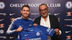 Jorginho posa con la camiseta del Chelsea. (chelseafc.com)