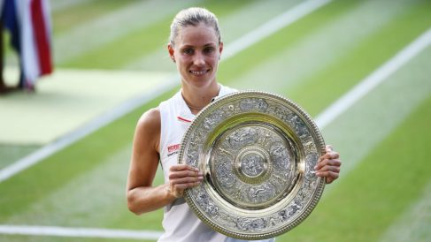Kerber, con el trofeo de ganadora de Wimbeldon. (Getty)