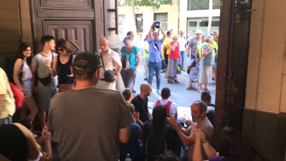 Momento en el que los independentistas irrumpen en el interior de la antigua cárcel Modelo de Barcelona.