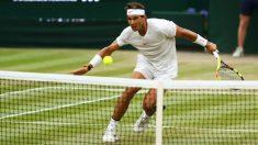 Rafa Nadal volea una bola durante su partido ante Djokovic. (Getty)