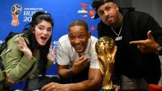Nicky Jam, Will Smith y Era Istrefi posan junto a la Copa del Mundo. (Getty)