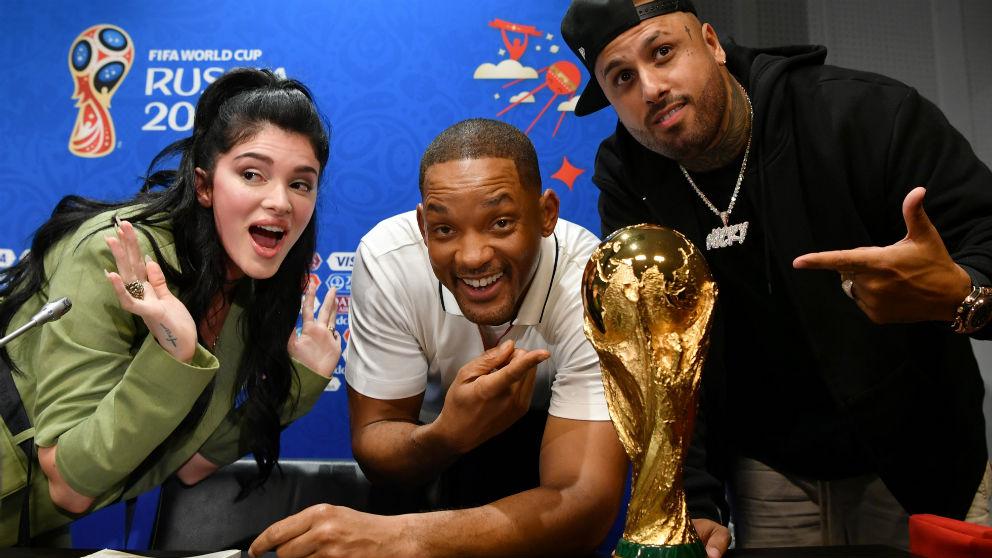 Nicky Jam, Will Smith y Era Istrefi posan junto a la Copa del Mundo. (Getty)