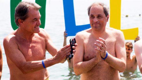 Artur Mas y Quim Torra en un baño solidario. (Foto: EFE)