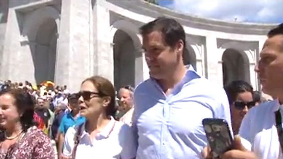 El bisnieto de Franco Luis Alfonso de Borbón en una visita al Valle de los Caídos.