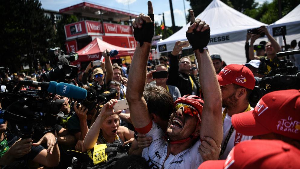 John Degenkolb celebra entre sus asistentes el triunfo en el Tour. (AFP)