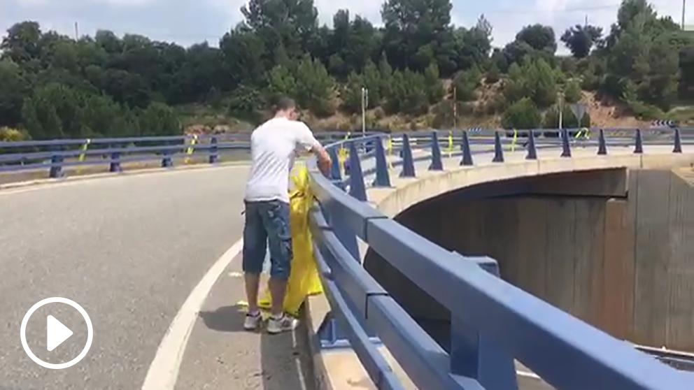 El alcalde de Balsareny, Isidre Viu (ERC), increpa a Raúl Macià por quitar lazos amarillos.