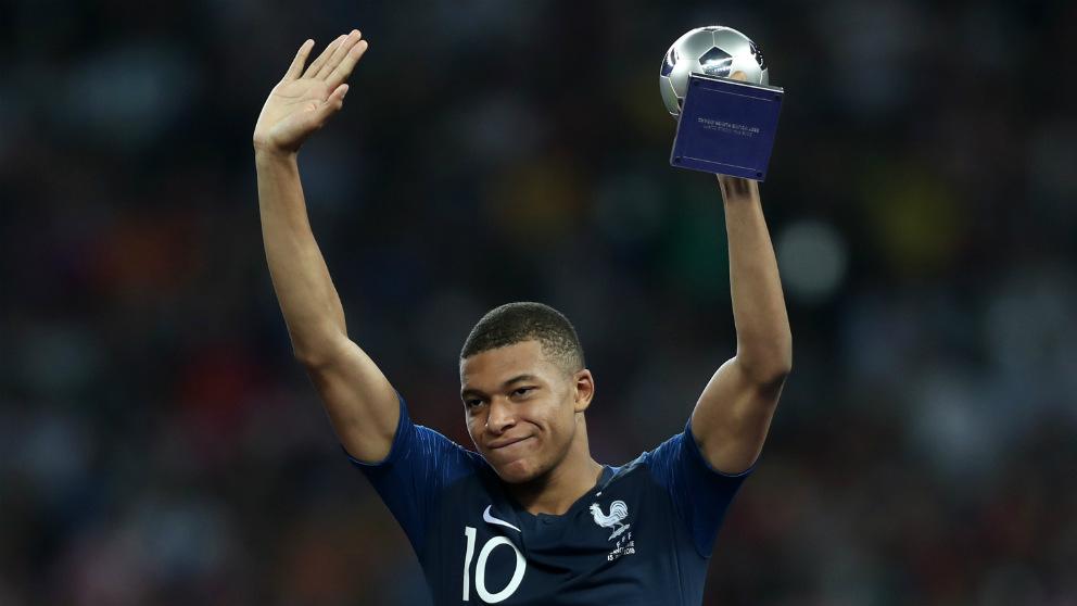 Mbappé recibe el trofeo al mejor joven del Mundial.