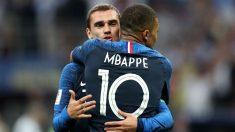 Kylian Mbappé y Antoine Griezmann celebran uno de los goles de Francia contra Croacia en la final del Mundial. (Getty)
