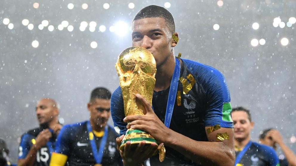 Kylian Mbappé besa la Copa del Mundo. (Getty)