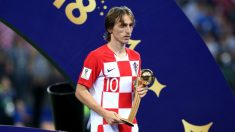 Modric, con el trofeo que le acredita como Balón de Oro del Mundial. (Getty)