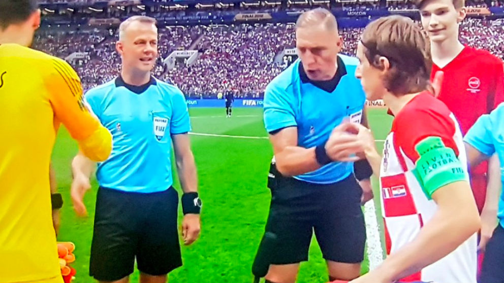 El árbitro argentino Néstor Pitana, en el sorteo de campos antes de la final.