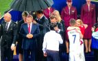 Cae el diluvio universal en Moscú y Putin recibe un paraguas… ¡dos minutos antes que el resto!
