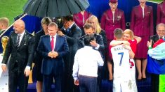 Vladimir Putin fue el primero en tener un paraguas para guarecerse de la lluvia.