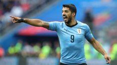 Luis Suárez protesta durante un partido con Uruguay. (Getty)