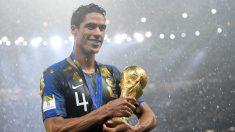 Varane posa con la Copa del Mundo. (Getty)