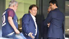 Pini Zahavi, en el medio, durante los primeros días de Neymar en el PSG. (AFP)