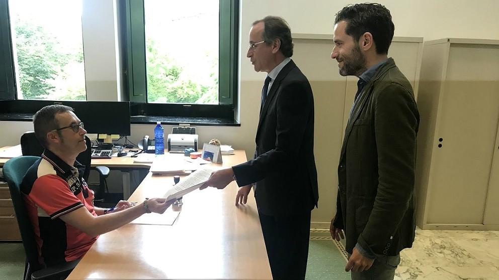 Alfonso Alonso y Borja Sémper registrando su petición en el Parlamento vasco. (EP)