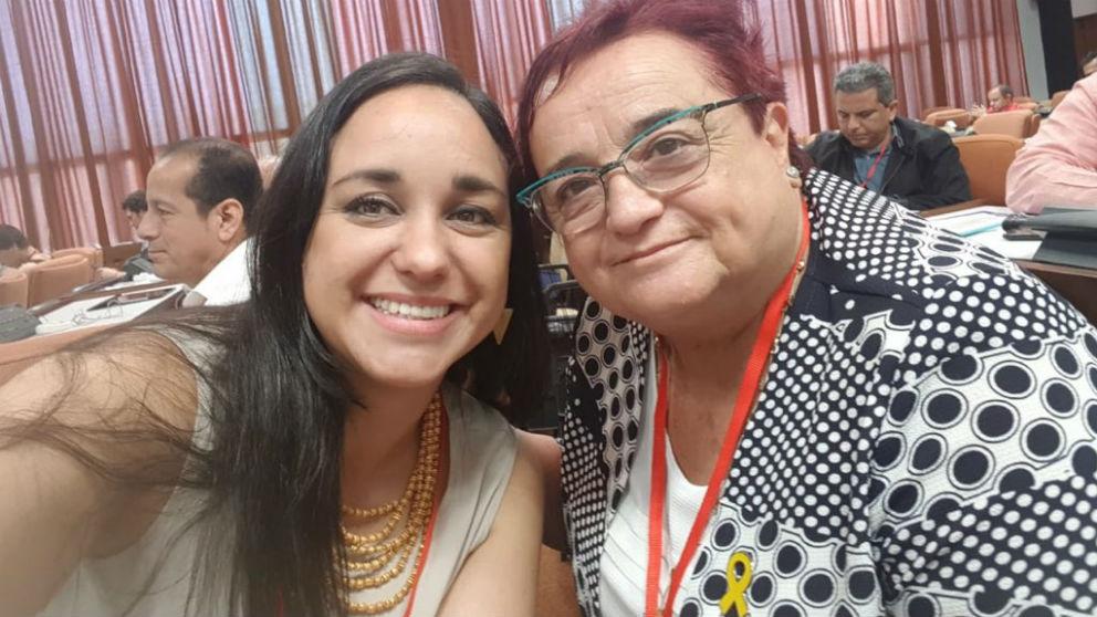 La diputada de ERC Ana Surra, a la derecha, en el Foro de Sao Paulo en La Habana (Foto: @natashamales vía Twitter)