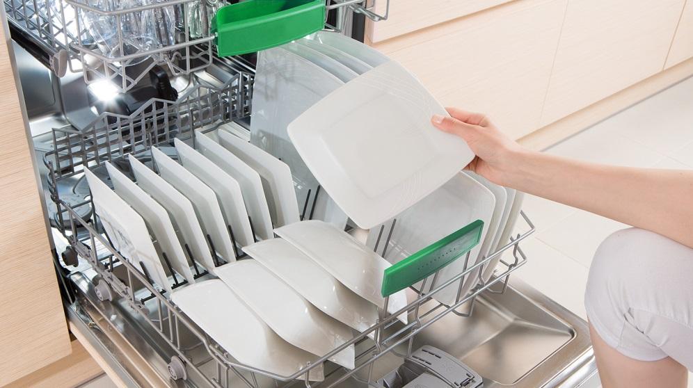 Cómo cocinar en el lavavajillas mientras se lavan los platos