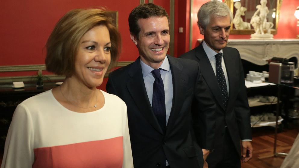 El candidato a la Presidencia del PP Pablo Casado (c), la secretaría general del PP, María Dolores de Cospedal (i), y Alfonso Suárez Illana (d) durante el desayuno informativo que Fórum Europa ha organizado en un hotel de Madrid. Foto: EFE