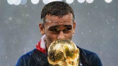 Griezmann posa con la copa de campeón del mundo. (Getty)