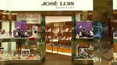 Escaparate de la Joyería Jose Luis, en el centro comercial Ànec Blau de Castelldefels, donde se produjo el suceso.