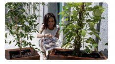 Margarita Robles regando las plantas.