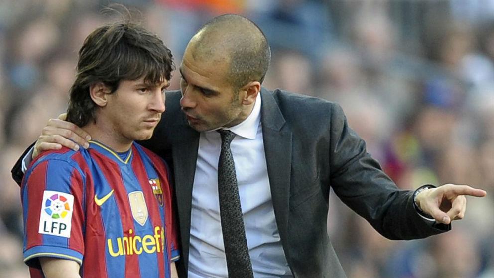 Pep Guardiola da instrucciones a Leo Messi durante su etapa en el Barcelona.