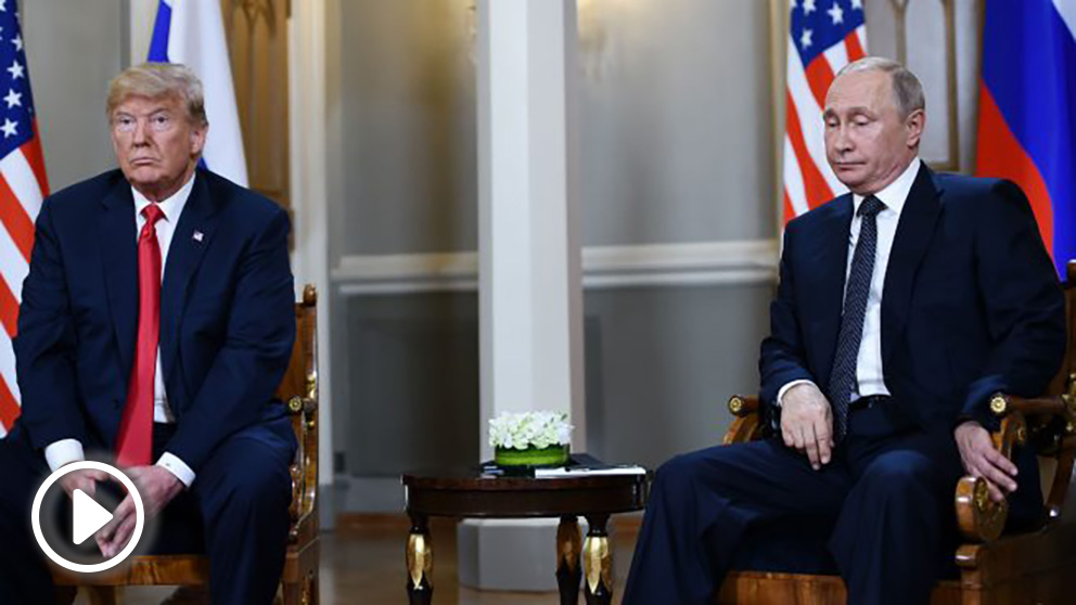 Trump y Putin antes de empezar la reunión (AFP).