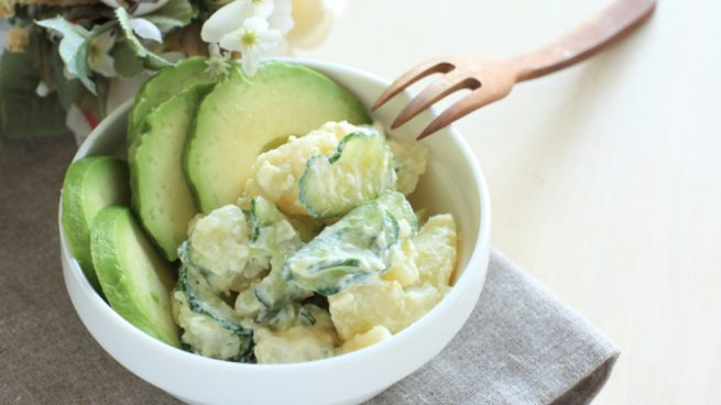 ensalada de patata con salsa de aguacate