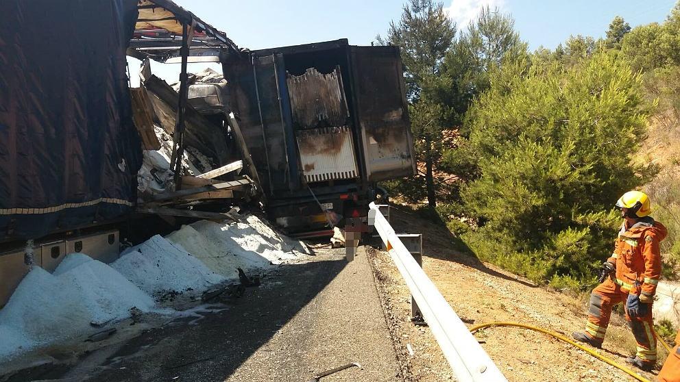 El incendio de dos camiones en Siete Aguas provoca enormes colas en la A-3 a la salida de Valencia.