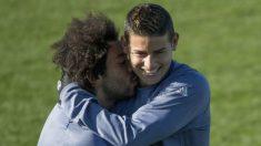 Marcelo besa a James Rodríguez durante un entrenamiento del Real Madrid. (AFP)