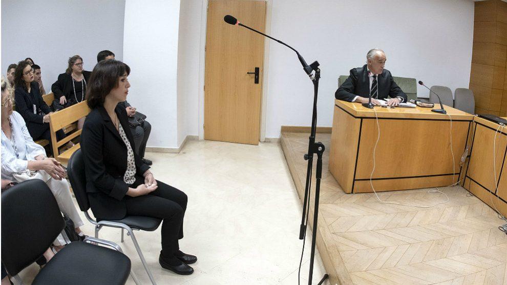 Juana Rivas en la sala del juicio de Granada.