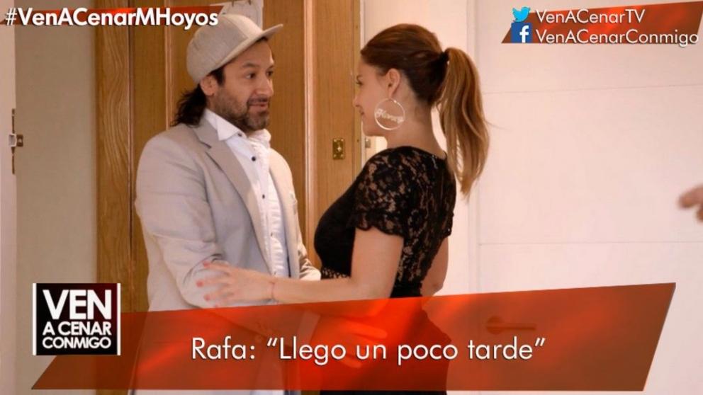 Rafael Amargo ha llegado hora y media tarde a 'Ven a cenar conmigo: Summer Edition'. (Foto: Cuatro)