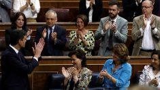 Pedro Sánchez, aplaudido por los diputados del PSOE en el Congreso. (EFE)