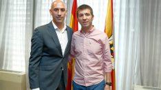 Celades, junto al presidente de la RFEF Luis Rubiales. (RFEF)